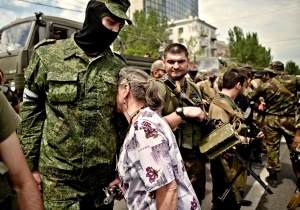 00-donetsk-novorossiya-mother-with-son-26-05-14